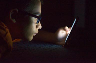 التعرض للضوء الأزرق ليلًا قد يسبب سرطان القولون والمستقيم - الضوء الأزرق عنصر شائع في الإضاءة الخارجية بالمدن - اضطرابات النوم والسمنة