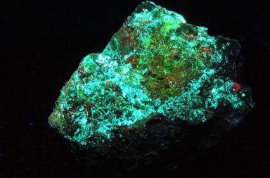 اليورانيوم هو معدن مشع يتوافر بشكل طبيعي ويستخدم لغايات سلمية أو حربية