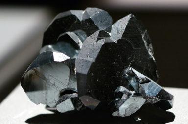 المعدن الذي غير شكل العالم والمستخدم من العصر الحجري حتى وقتنا الحالي «الهيماتيت» - معدن كان يستخدم صباغًا أحمر - معدن أحمر اللون