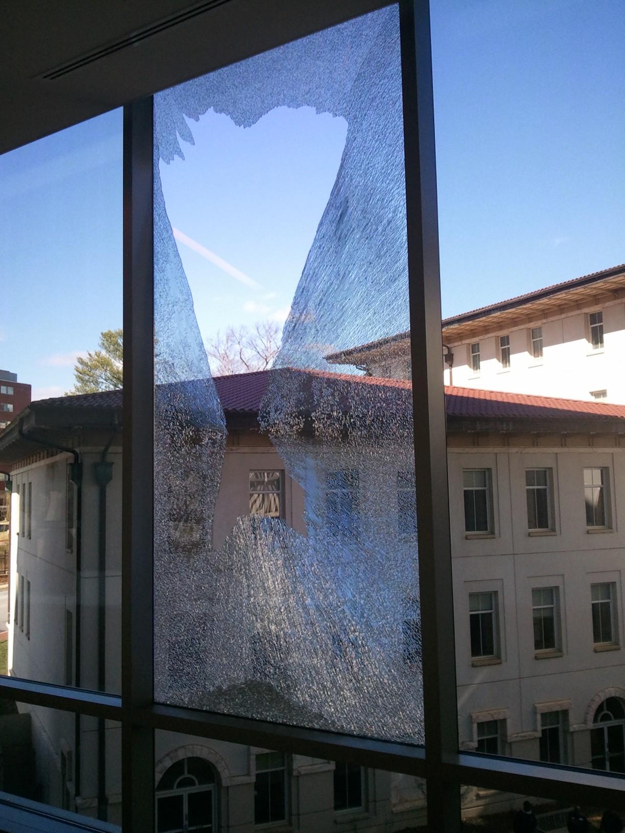 لماذا تنكسر النوافذ الزجاجية عند اندلاع الحرائق - لماذا ينكسر الزجاج وقت الحريق - لماذا تتحظم النوافذ الزجاجية عندما يشتعل المنزل - انكسار الزجاج