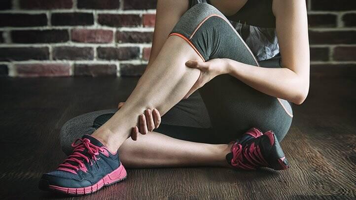 تشنج القدم: الأسباب والأعراض والتشخيص والعلاج