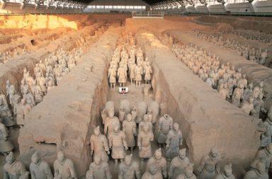 مدافن سلالة تشين في مدينة تشان - مخبأ يحوي تماثيل مصنوعة من الصلصال بأحجام حقيقية لجنود فيما عرف لاحقًا بأنه مجمع دفن الإمبراطور الأول من سلالة تشين