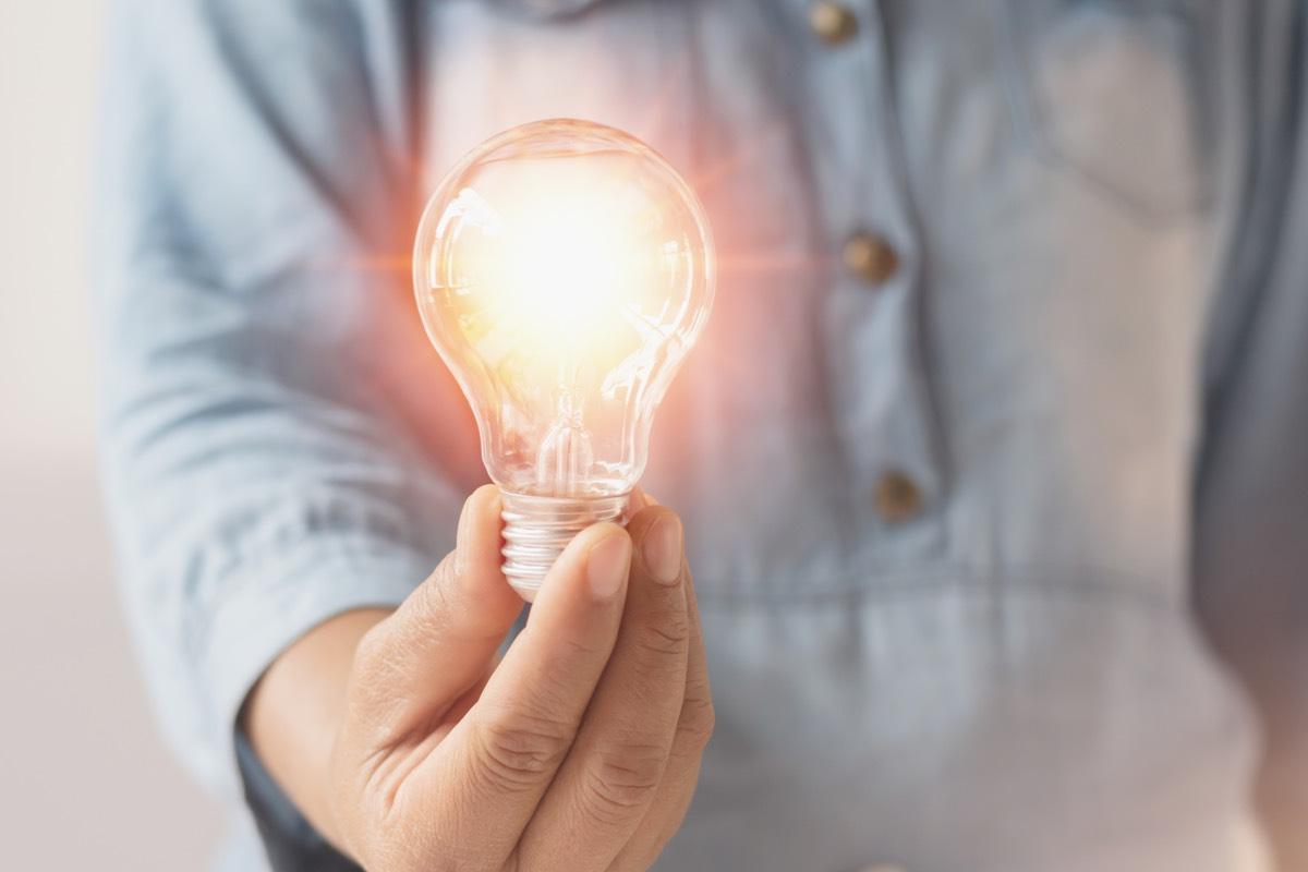 من اخترع المصباح الكهربائي؟