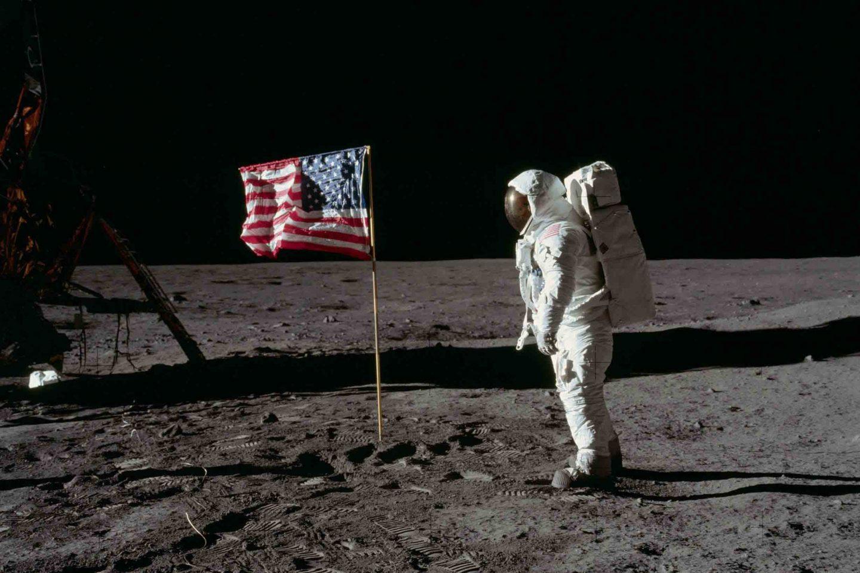 الرد على أشهر مغالطات وإدعاءات أصحاب نظريات المؤامرة بشأن هبوط الإنسان على القمر