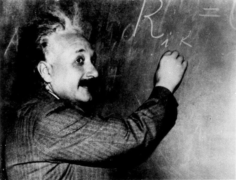 حياة الفيزيائي الشهير ألبرت أينشتاين