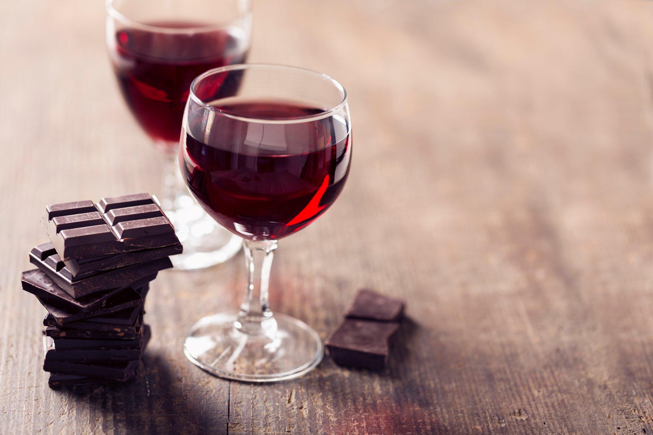 النبيذ يحمي من الشيخوخة - الريسفيراترول الموجود في النبيذ الأحمر - هرمون الإستروجين - تنشيط بروتينات السيرتوين المقاومة للشيخوخة