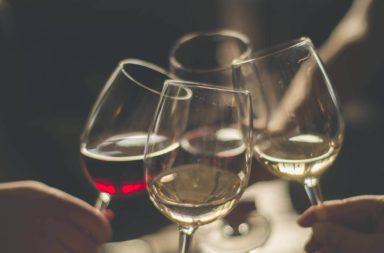 يشعر المصاب بحرقة الفؤاد بألم وحرقة في الصدر والحلق. يمكن أن يحفز تناول الكحول أو يفاقم الحالة عند بعض الأشخاص. تحدث حرقة الفؤاد عندما يرتجع حمض المعدة إلى المريء والبلعوم ما يسبب إحساسًا بعدم الراحة أو الألم. يمكن أن تحرض بعض الأطعمة والمشروبات حرقة الفؤاد، ويعد الكحول أحدها. يبحث هذا المقال في علاقة الكحول بحرقة الفؤاد، بما فيها كيفية تحريضه لظهور الأعراض، وكيف يمكن تجنب هذه الحالة. يمكن العديد من العوامل أن تسبب أو تثير حرقة المعدة، قد يساهم فهم أسباب حرقة المعدة في فهم كيفية تأثير الكحول. ينتقل الطعام والشراب بعد بلعه إلى المريء ومن ثم إلى المعدة حيث تقوم أحماض المعدة بتفكيكهما. تقاوم المعدة الأحماض التي تفرزها، في حين يتحسس البلعوم والمريء والأنسجة الأخرى منها، لذلك عندما يرتجع الحمض إلى البلعوم، يختبر الأفراد إحساسًا بعدم الراحة أو الألم. تتضمن أسباب حرقة الفؤاد: 1- ارتخاء المصرة المريئية السفلية: يمكن أن يتسرب الحمض إلى المريء في حال ارتخاء المصرة الواصلة بين المعدة والمريء. 2- التهيج: يمكن للأدوية أو بعض الأطعمة أن تهيج المريء بشكل مباشر ما يسبب حرقة وتهيج النسج الحساسة في المريء. 3- بطء الإفراغ المعدي المعوي: يعاني بعض الأفراد من اضطراب يحول دون إفراغ المعدة للأطعمة بشكل سليم. قد يكون ذلك بسبب إصابة ما أو بسبب البدانة. قد يشير تكرر الإصابة بحرقة الفؤاد إلى الإصابة بمرض الارتجاع المعدي المريئي (GERD). كيف يسبب الكحول حرقة الفؤاد؟ يختبر العديد من الأشخاص حرقة الفؤاد بعد تناول الكحول. قد يفاقم تناول الكحول في بعض الحالات من سوء الحالة، وقد يحرض بدوره الإصابة بـ (GERD). وجدت مراجعة عام 2019 أن الأفراد الذين يتناولون كمية كبيرة من الكحول أو الذين تناولوا الكحول بشكل منتظم ومتكرر كانوا أكثر عرضة للإصابة بـ (GERD). لا يعني ذلك أن تناول الكحول يسبب الإصابة بـ (GERD) لكنه يقترح وجود علاقة ما تربط بين الأمرين. قد تكون هناك العديد من الطرق التي يؤدي فيها الكحول إلى ظهور أعراض حرقة الفؤاد: ● تهيج الحلق أو المعدة: قد يسبب الكحول تهيجًا مباشرًا لنسج المريء. ● ارتخاء العضلات المحيطة بالمعدة: وفقًا للجامعة الأمريكية لأمراض الهضم، يؤدي تناول الكحول إلى ارتخاء العضلات المحيطة بالمعدة ما يزيد احتمال تسرب محتويات المعدة وارتجاعها إلى المريء. ● التأثير على حموضة المعدة: قد يحفز