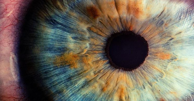 تضرر أجزاء من شبكية عين مراهق بسبب مؤشر ليزر