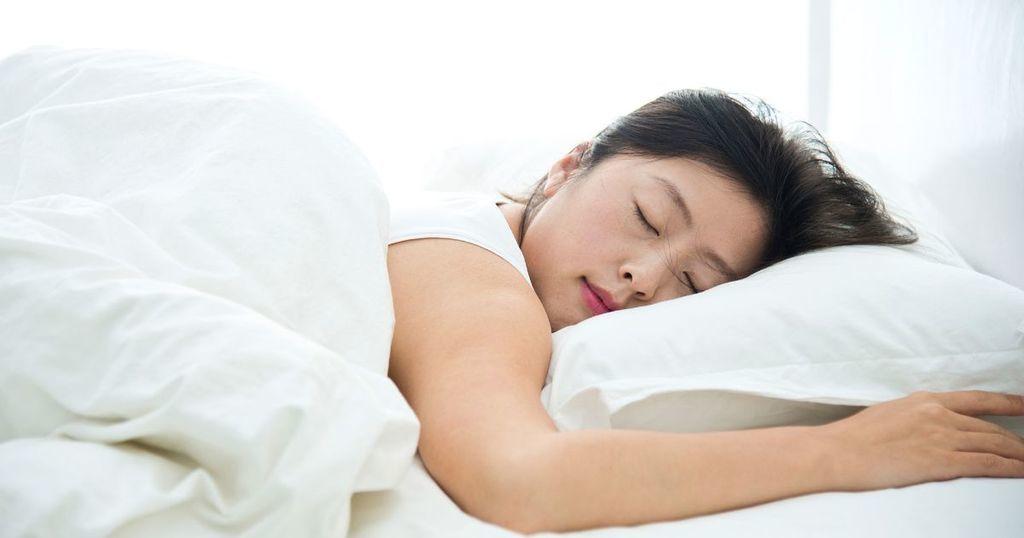 تجنب النوم على جانبك الأيسر وضعية نومك تؤثر على أحلامك