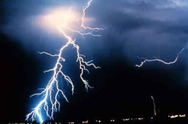 ما هي أعراض رهاب البرق والرعد وكيف يتم تشخيصه؟ لماذا يشعر البعض بالخوف الشديد من العواصف الرعدية والبرق؟ القلق من العواصف