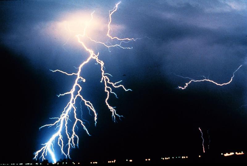 هل تخاف من العواصف؟ تعرف على رهاب البرق والرعد