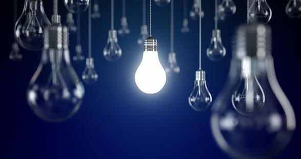 ما الفرق بين انعكاس الضوء من على ورقة بيضاء وانعكاسه على مرآة؟