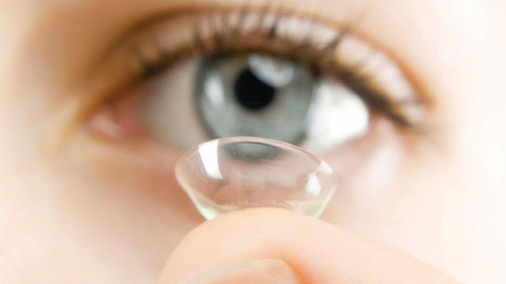 هل يضر لمس العدسات اللاصقة بعينيك؟ إليك ما يجب فعله