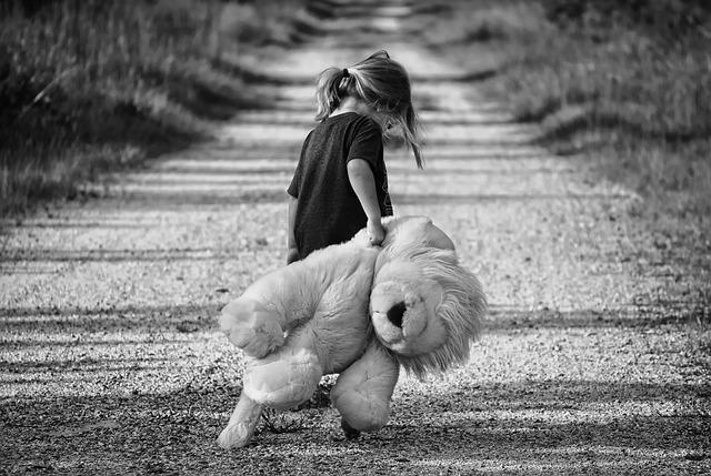 التجارب المؤذية في أثناء الطفولة: ماهي؟ ما آثارها؟ وكيف تعالج؟