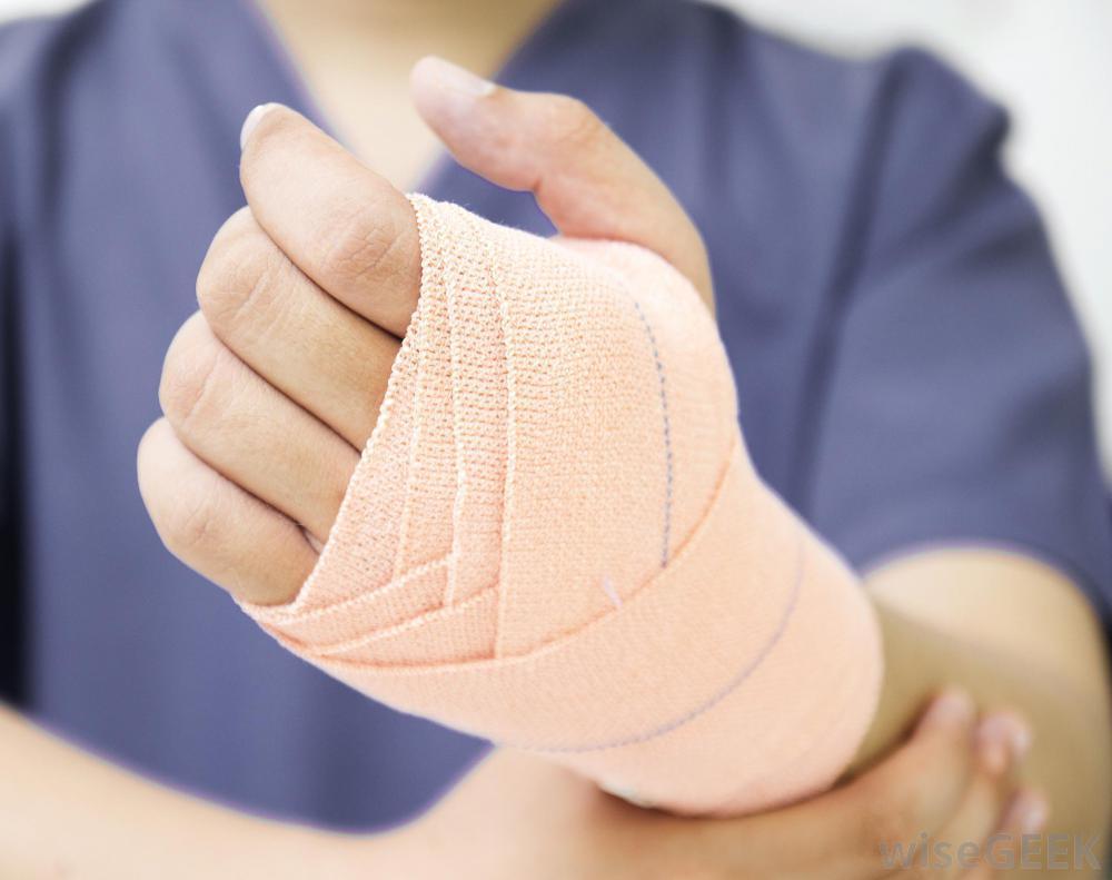 كيف تضمد يدك بعد الإصابة؟