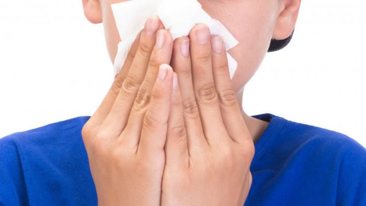جسم غريب عالق في أنف مراهق مدة ثماني سنوات مسببًا رائحة غريبة