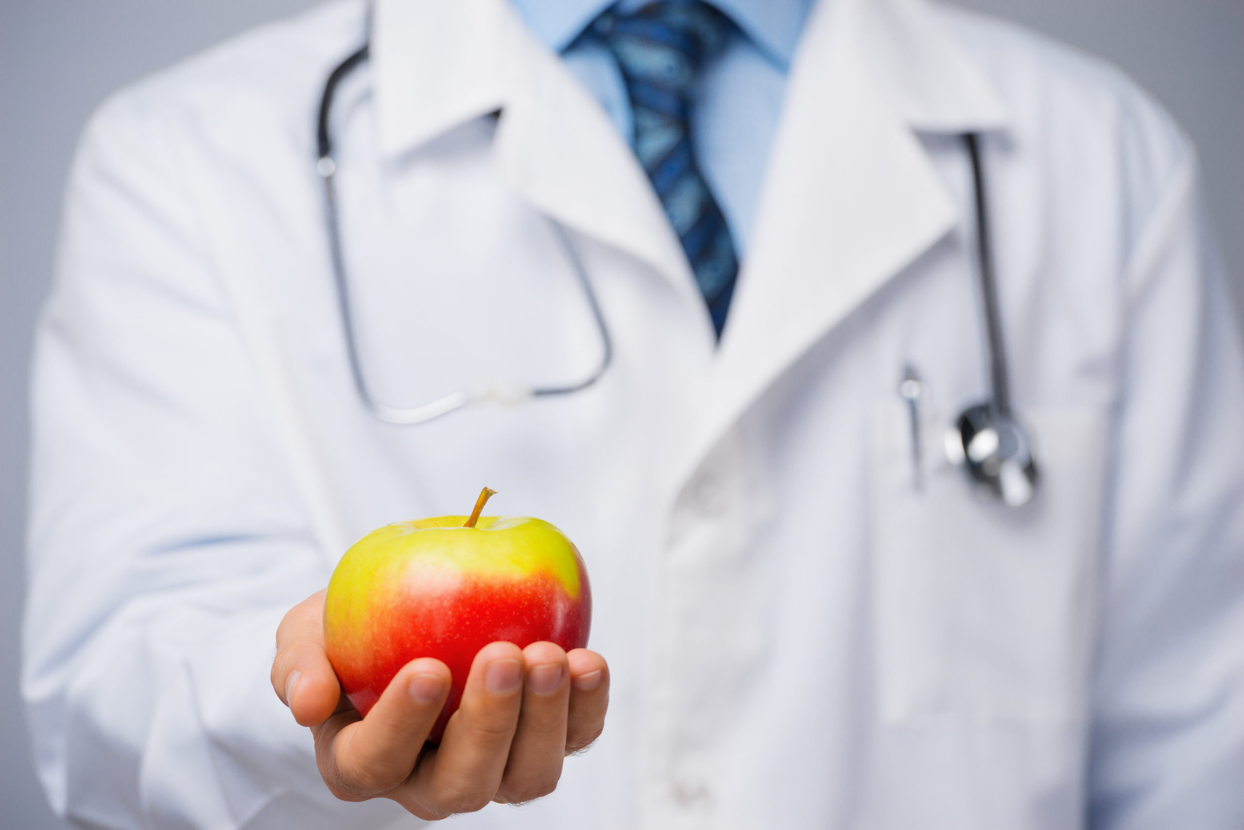 تفاحة يوميًا تبقي الطبيب بعيدًا، حقيقة أم خرافة - هل الإكثار من تناول التفاح يقي من الأمراض - إضافة التفاح إلى نظامك الغذائي - القيمة الغذائية للتفاح
