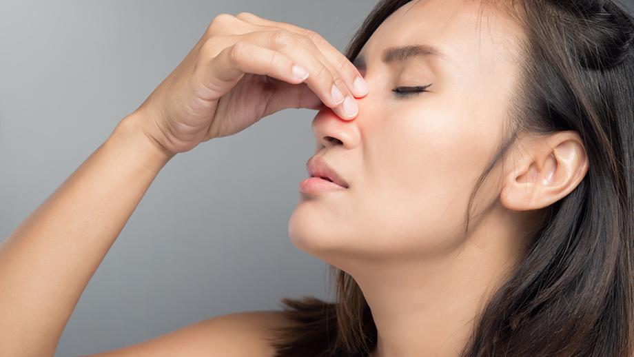ما أسباب احتقان الأنف وما علاجه؟ - التهاب الجيوب الأنفية أو نزلات البرد - تراكم المفرزات المخاطية - ألم الجيوب الأنفية - الربو التحسسي