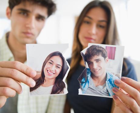 من ينظر إلى شريكه السابق نظرةً أكثر إيجابية، الرجل أم المرأة؟