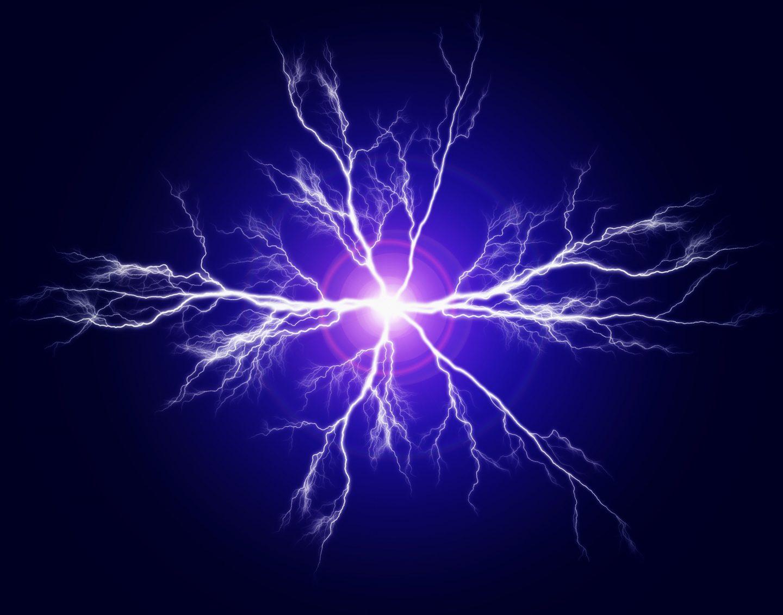 ما الذي يولد الكهرباء الساكنة؟