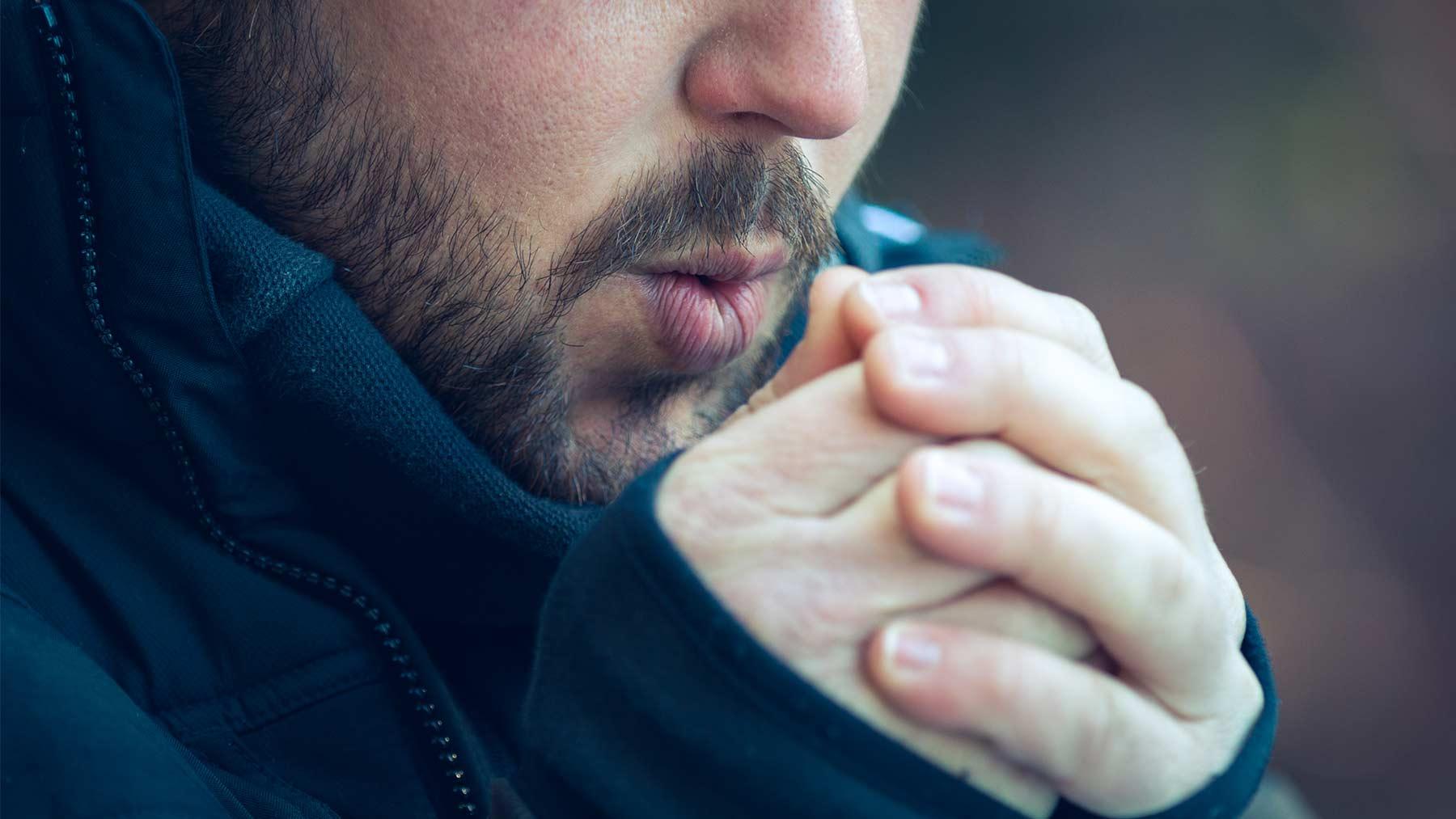 ما أسباب برودة اليدين وما علاجها - الأجواء الدافئة أو المعتدلة - الشريان الزندي والكعبري - انقباض العضلات المحيطة بالشرايين