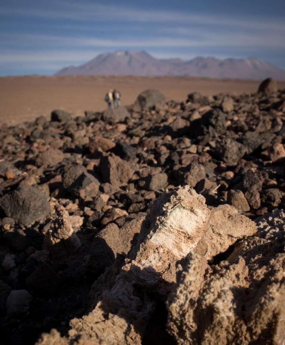 ميكروبات تستخرج الماء من الصخور في المناطق الصحراوية - تستطيع بعض أنواع البكتيريا الزرقاء cyanobacteria التي تعيش في الصخور أن تسحب المياه من محيطها المعدني