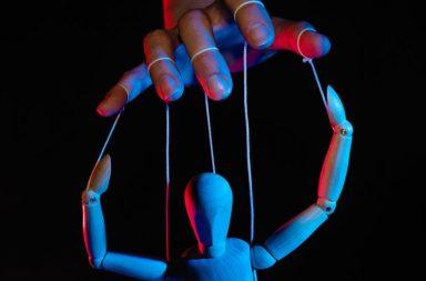 صفات الشخصية المتسلطة - الشعور بالإهانة أو الدونية أو الحرج في كل مرة تتعامل فيها مع شخص ما - الكلام الجارح - يأخذ الشخص المتسلط دور الضحية