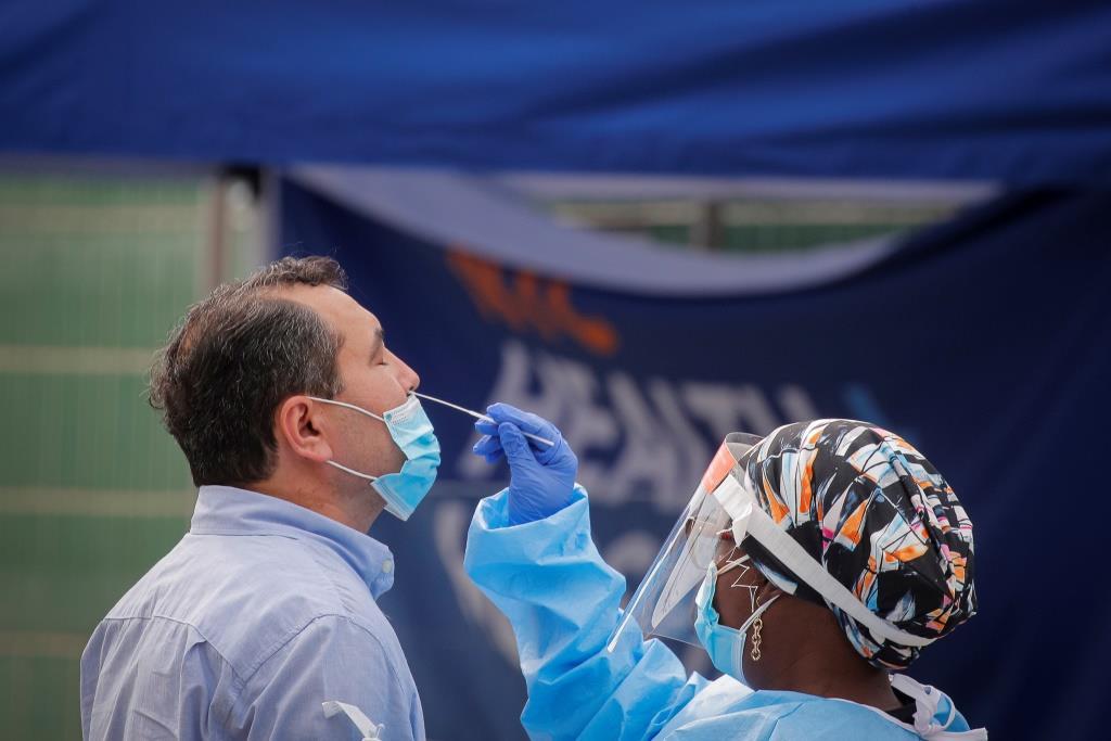 تسرب السائل الدماغي الشوكي لامرأة بسبب مسحة أنفية للكشف عن فيروس كورونا - ثقب بطانة الدماغ أثناء اختبار مسحة أنفية للكشف عن فيروس كوفيد-19