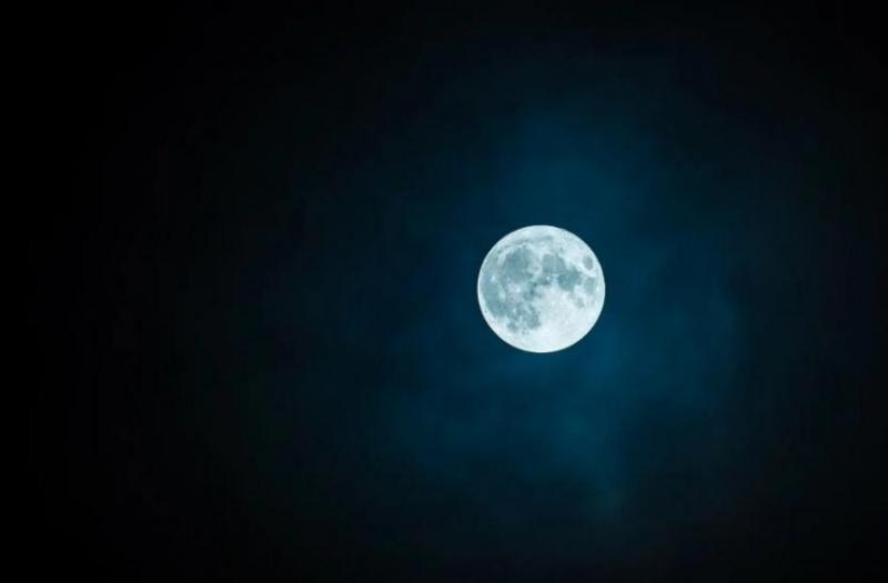 تفسير جديد لعدم الثماثل الغريب للقمر