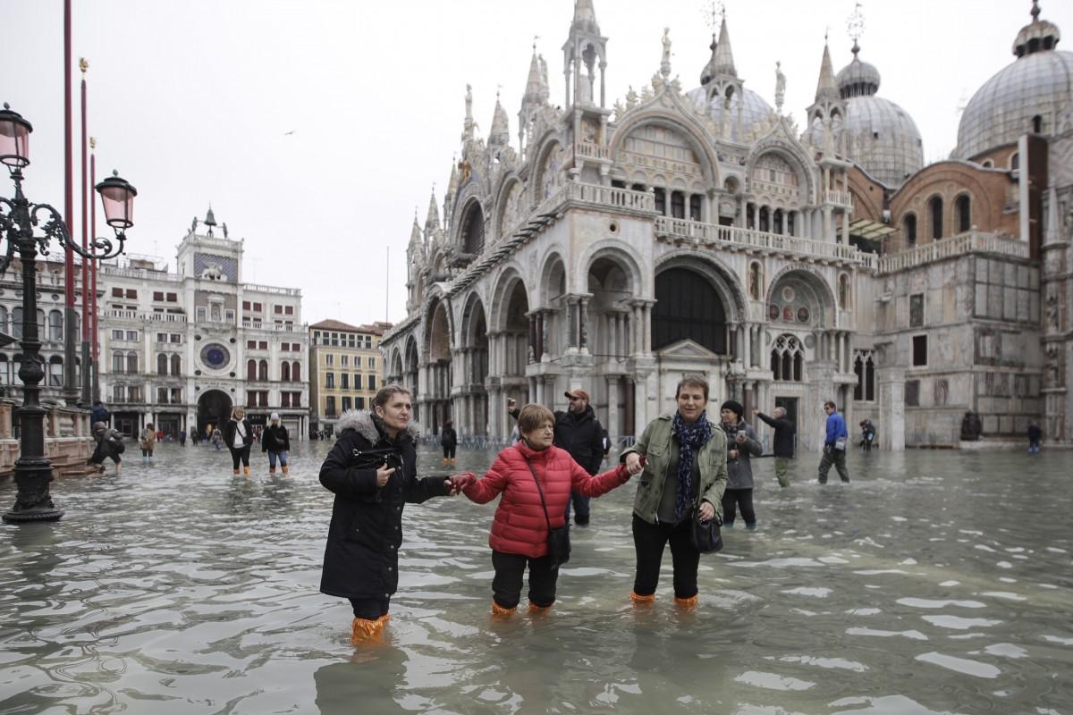 مدينة البندقية تخضع لأسوء فيضان منذ 50 عامًا.. وعمدة المدينة يلوم التغير المناخي