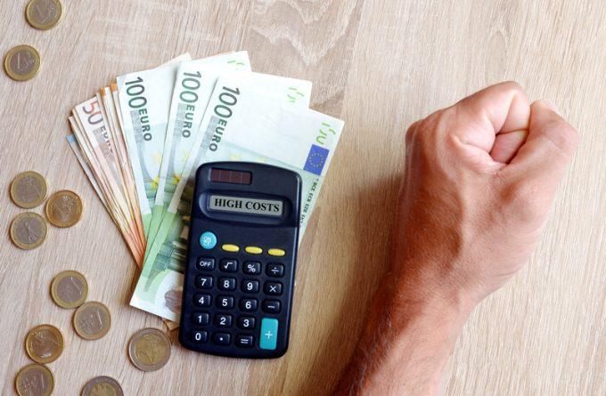 ما هي الضريبة الإضافية - زيادة السعر لتغطية زيادة تكلفة السلع - رسوم زيادة الوقود - رسوم إضافية على الفواتير - الرسوم الإضافية المفروضة على السلع أو الخدمات