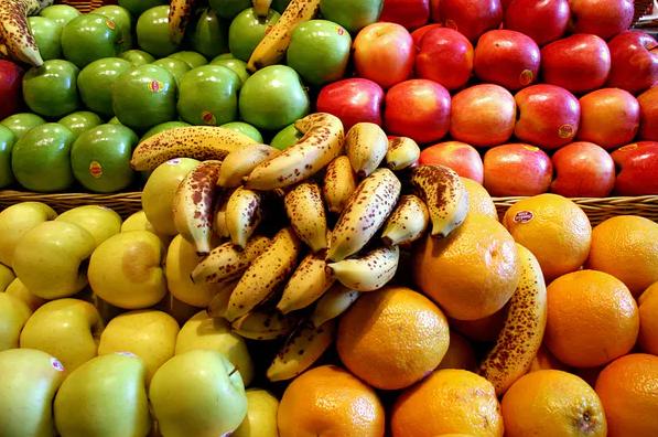 يظن بعض الاقتصاديين أن الناس يدفعون لمساعدة الآخرين بالطريقة نفسها التي يدفعون بها ثمن الموز لأنهم يتلذذون بفعل ذلك