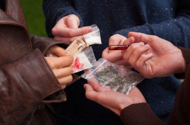 من يتعاطى المخدرات ولماذا؟ - تعاطي المخدرات الترفيهية - استخدام العقاقير المخدرة يرتبط بالانفتاح على التجربة ونقص الوعي والتقبل والاضطراب العصابي