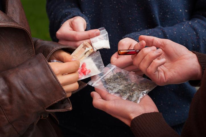 من يتعاطى المخدرات؟ ولماذا؟