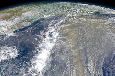 الغلاف الجوي الأرضي أكثر كثافة بأربعة أضعاف مما اعتقدنا وهذا قد يغير نماذج المناخ الحالية المحاكية للواقع - أنظمة المناخ - أرقام الغبار الجديدة