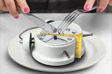 ما هو الوقت الأمثل لتناول وجبتك الرئيسية؟ - هل يوجد حقًا وقت مثالي لتناول وجبتك الرئيسية؟ تأثير العادات الغذائية غير المنتظمة - وقت تناول الطعام
