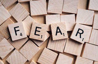 سلسلة من ردود الأفعال في الدماغ - تسارع القلب، وتنفس سريع، وعضلات نشطة - مناطق الدماغ مرتبطة بالخوف - تفسر البيانات الحسية - سايكولوجيا الخوف
