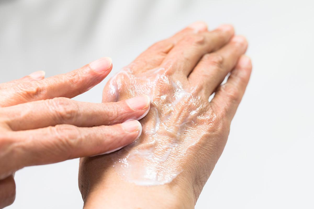كيف تتجنب جفاف الجلد وتشققه بعد غسل اليدين - نصائح لحماية البشرة من الجفاف - طرق للعناية الأيدي المتشققة الجافة - الاحمرار أو الطفح الجلدي - تشقق اليدين