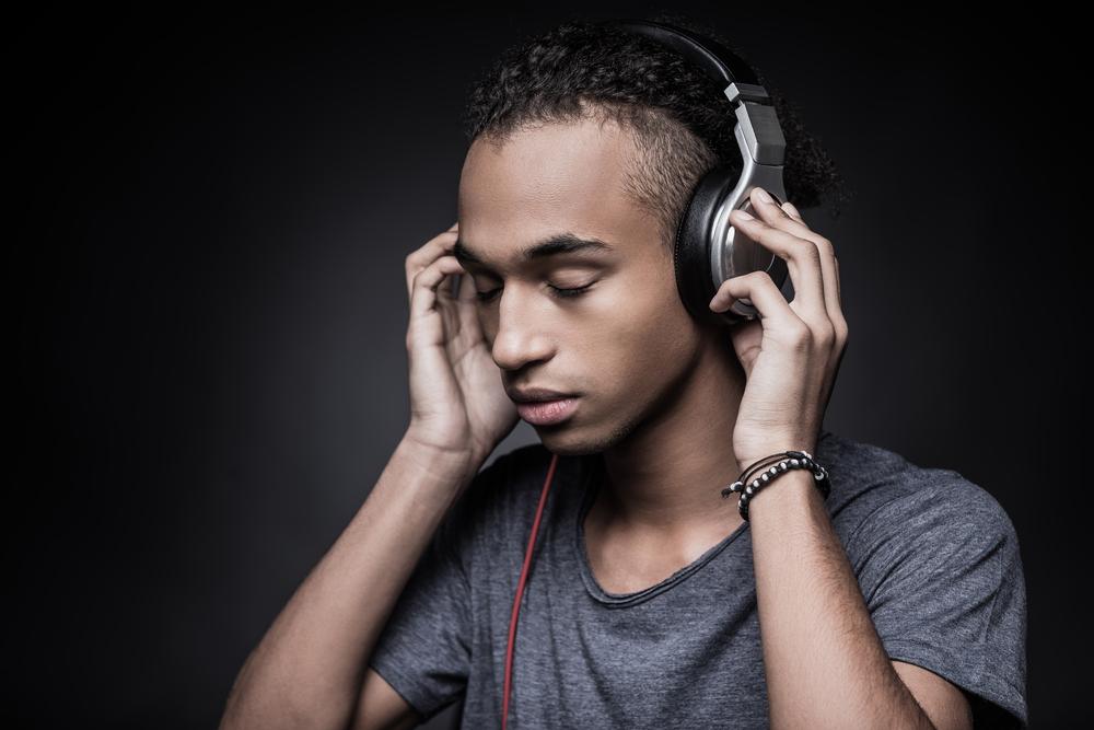 كيف يؤثر سماع الموسيقى وسط حشد كبير في الاكتئاب؟