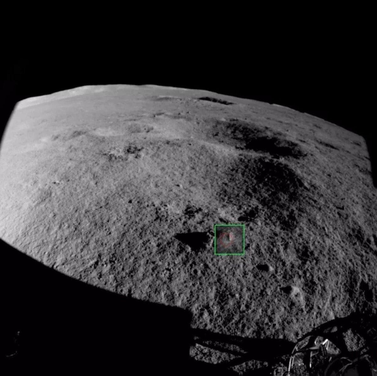 صخور رصدتها كاميرا العربة القمرية الصينية المخصصة لتجنب العوائق