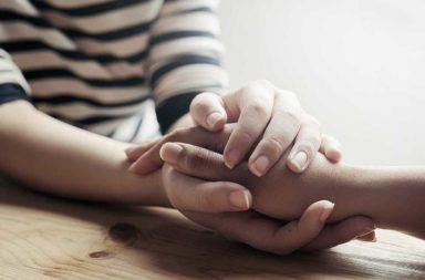 عبارات مناسبة تراعي الخسارة يمكنك قولها عند وفاة أحد الأشخاص - ما هي الأشياء التي عليك مراعاتها عند تعزية أحدهم - ماذا عند وفاة أحدهم؟