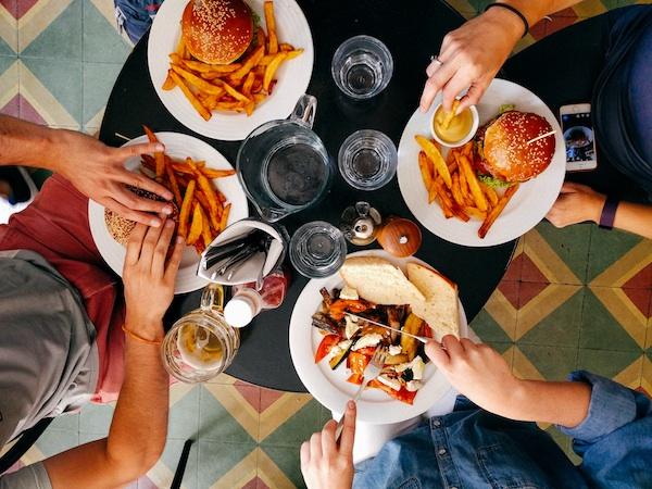 لماذا تزداد شهيتنا لتناول الطعام في العطلات وكيف نتجنب ذلك - لماذا تكون شهيتنا للطعام أكبر في موسم الأعياد - الإفراط في الطعام