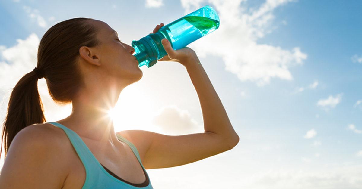 كم لترًا من الماء يجب أن أشرب يوميًا - شرب كمية كافية منه لتعويض ما يخسره عند التبول والتعرق - كمية الماء التي يجب أن تشربها يوميًا