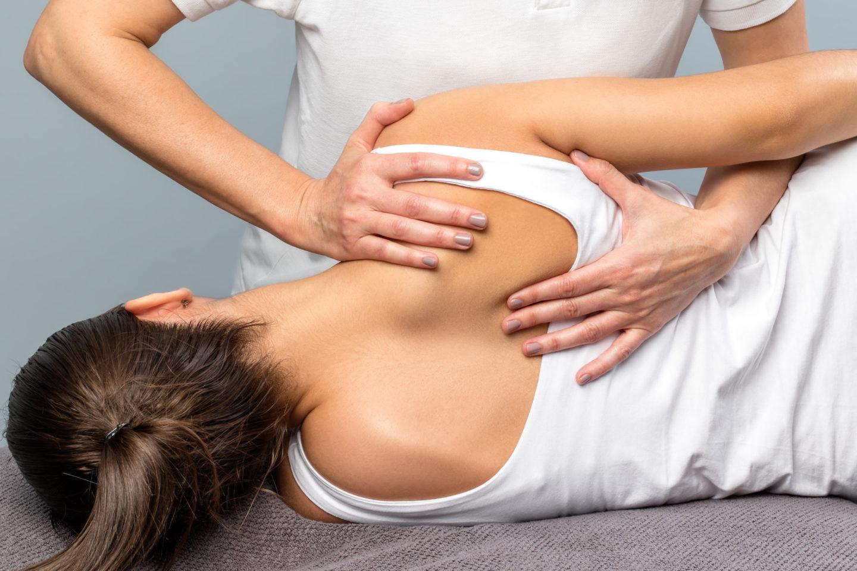 ما هو العلاج التقويمي للعمود الفقري؟ وما فوائده؟