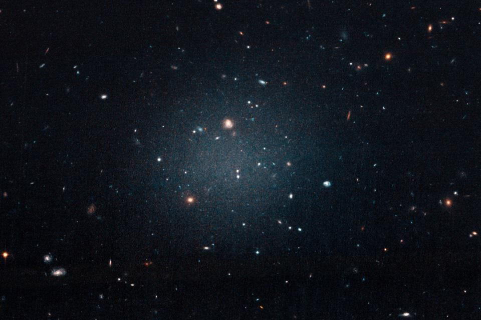 علماء الفلك يحلون لغز مجرة 99.99% منها مادة مظلمة - دوران المجرات، وطريقة انحناء مسار الضوء - كتلة المادة العادية - مجرة اليعسوب 44 - المادة المظلمة