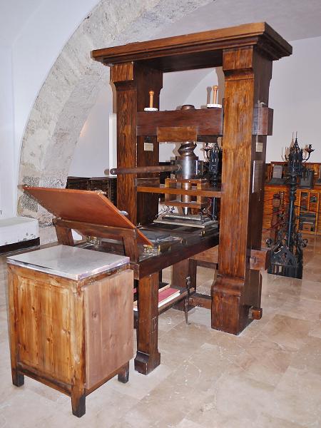 ما هي الدوافع التي شجعت اختراع آلة الطباعة في أوروبا خلال عصر النهضة؟ - من هو يوهانس غوتنبرغ مخترع آلة الطابعة في ألمانيا؟