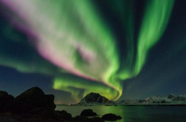 ما هي أمواج ألفين وكيف تتشكل؟ ما هي تلك الستائر الضوئية الت تومض عبر السماء في الغلاف الجوي؟ - أثر العواصف الشمسية على خطوط الحقل المغناطيسي
