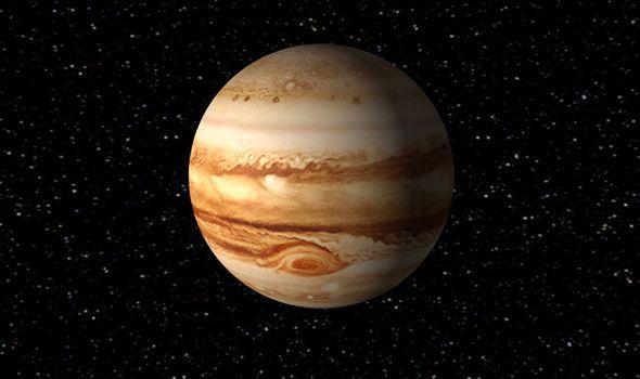 ما هو أكبر الكواكب في المجموعة الشمسية؟ وما طبيعته وأقماره؟