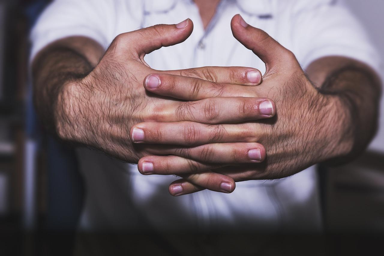 هل يمكن أن تسبب فرقعة الأصابع التهابًا في المفاصل؟