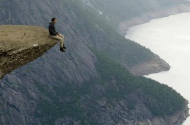 ظاهرة نداء الفراغ: لماذا تغرينا الهاوية؟ - هل وقفت يومًا ما على حافة سطح أو جسر أو أي مرتفعٍ آخر وتساءلت: «ماذا لو قفزت؟!» من أين جاء هذا الدافع؟